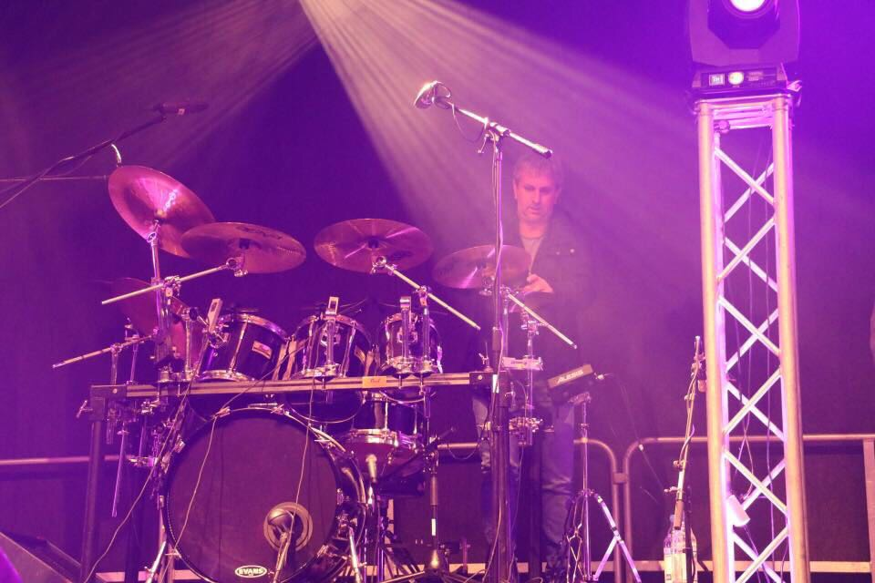 Bulletproof Jörg beim Schlagzeugaufbau