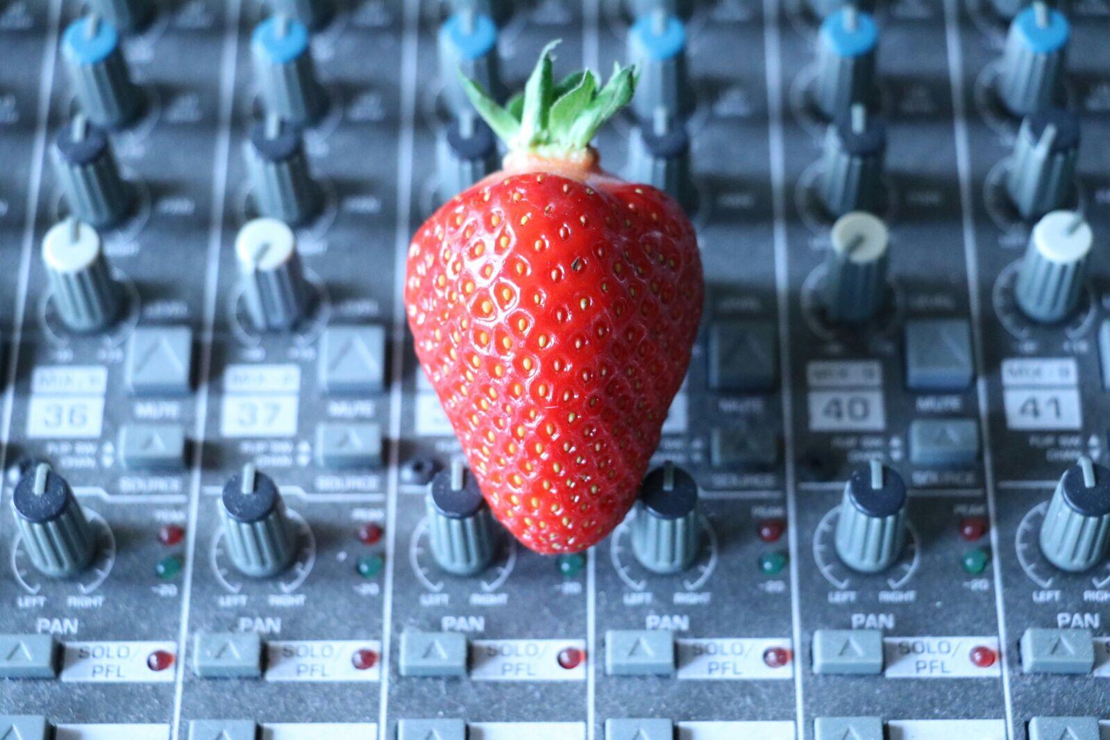 Erdbeere auf Mischpult