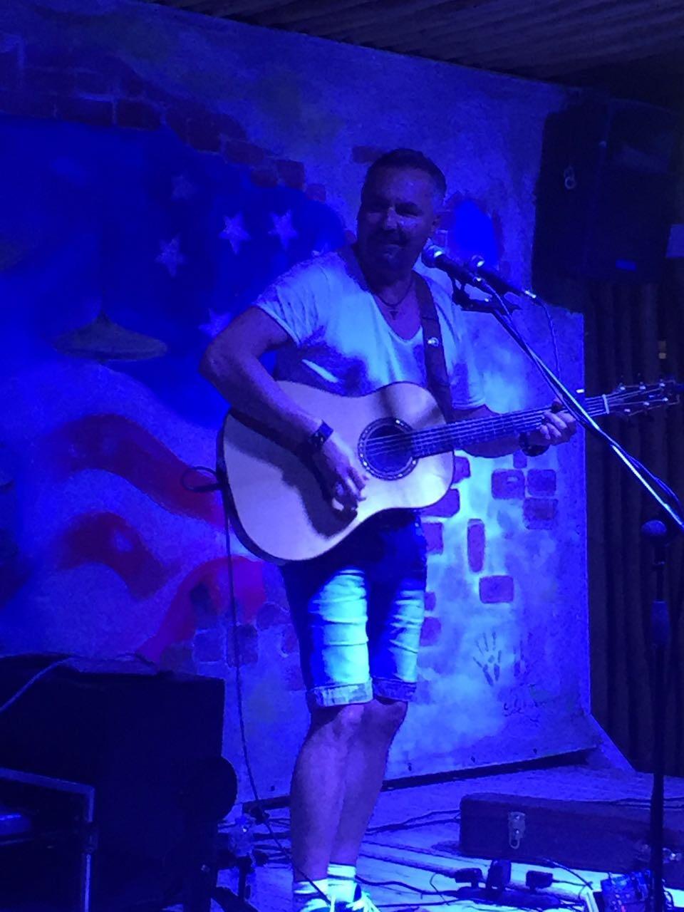 Wolle on Stage mit Gitarre